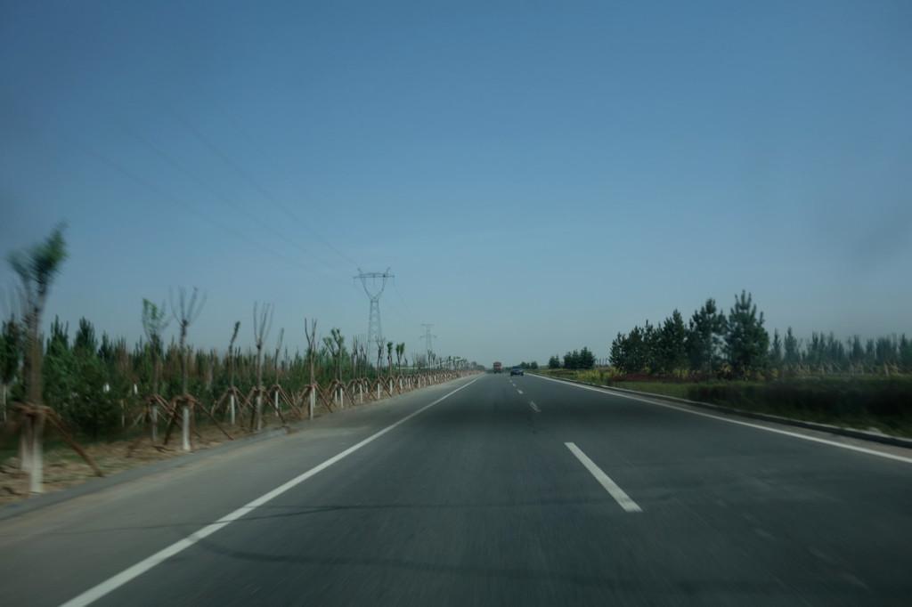 フフホト市内からデータセンタへ向かう道のり。ひたすら、とにかく、真っ直ぐ。