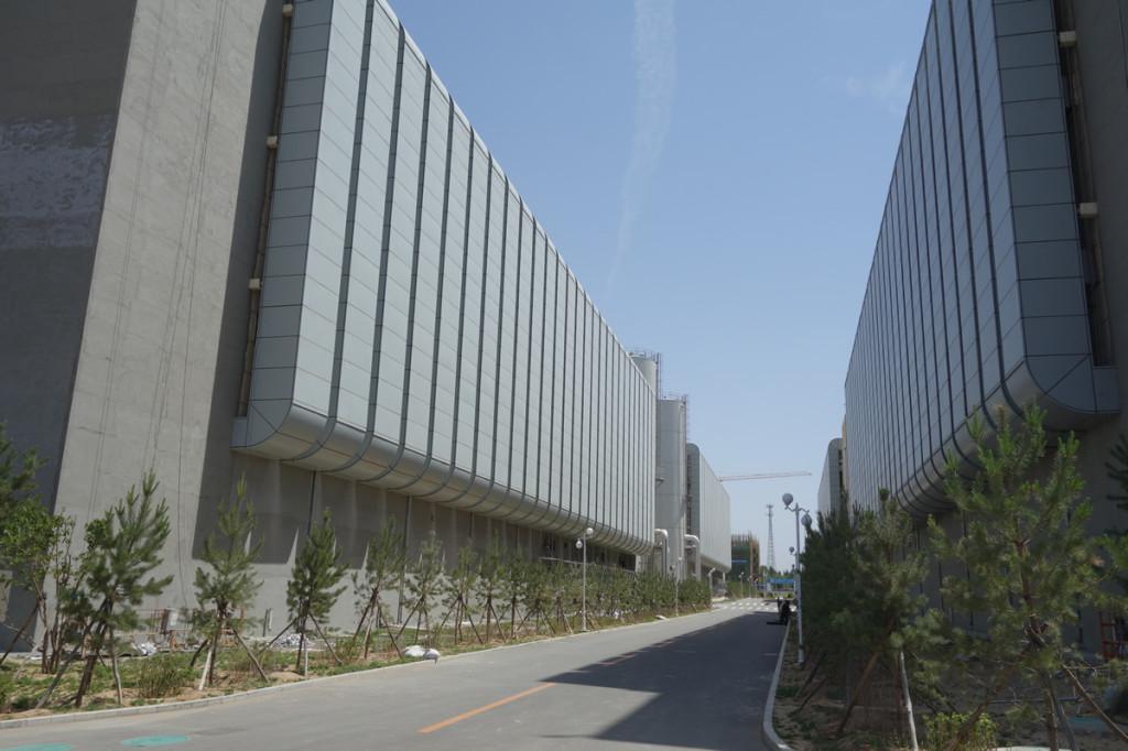 既に稼働済みの4棟の向こうに、建設中の2棟が見える。