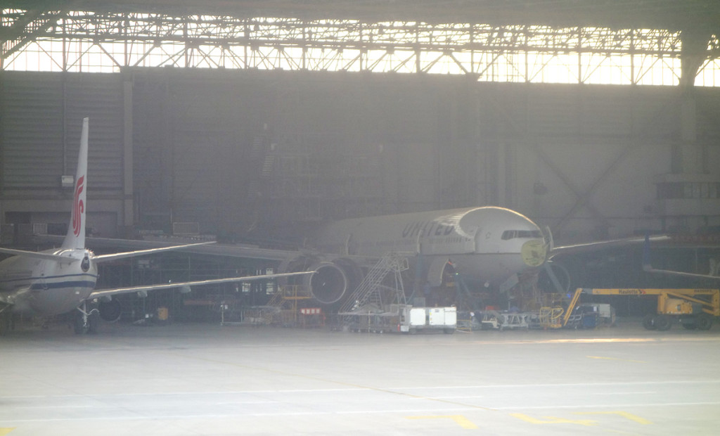 Ameco Beijing の中に見えるユナイテッド航空の777など