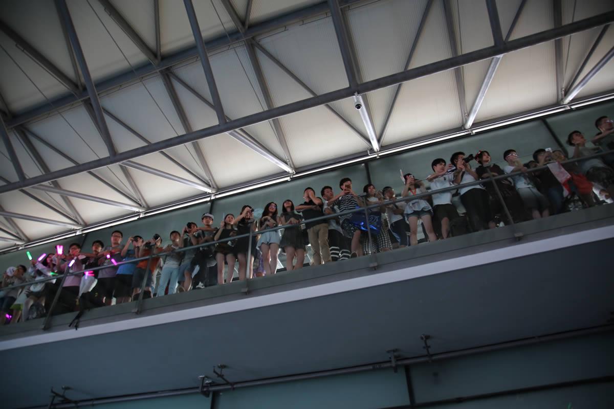 AKB48の5kong.tvの中継の模様を見ようと上のフロアに上がるファン