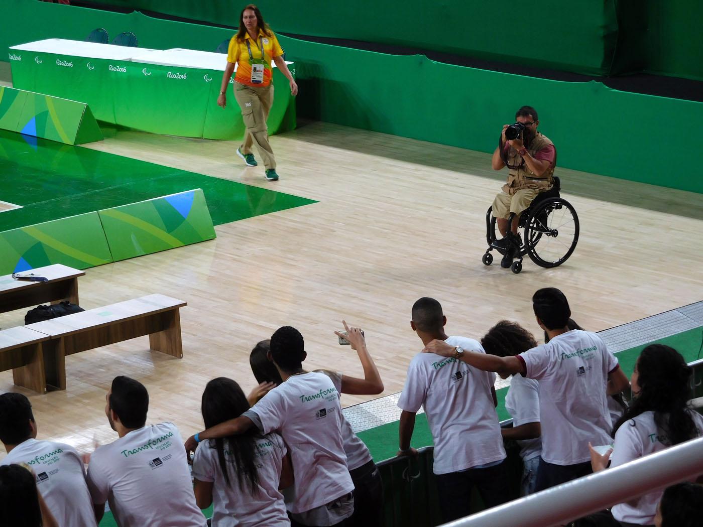 車椅子のカメラマン、初めてみました。気持ちのいいカメラマンで、観客を随所で盛り上げています。