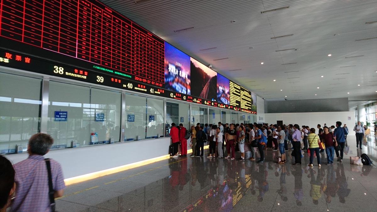 杭州東駅の一階チケット売り場。