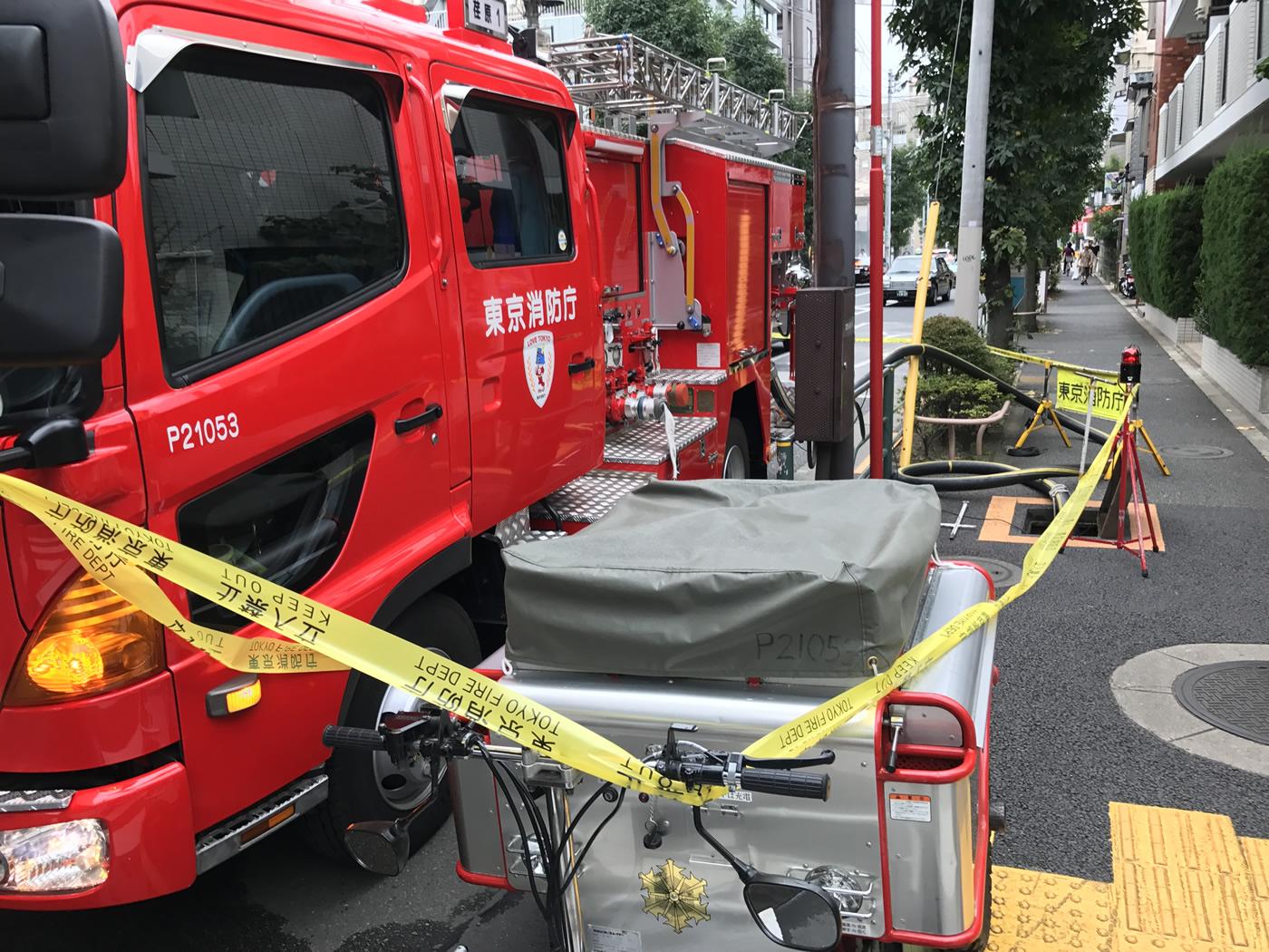 近隣の消火栓を開け待機する消防隊
