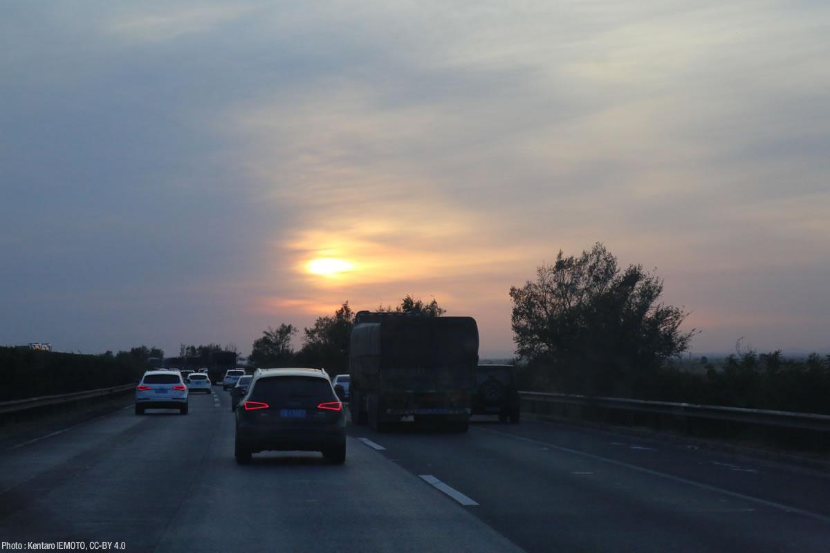 夕暮れ時の中国の高速道路