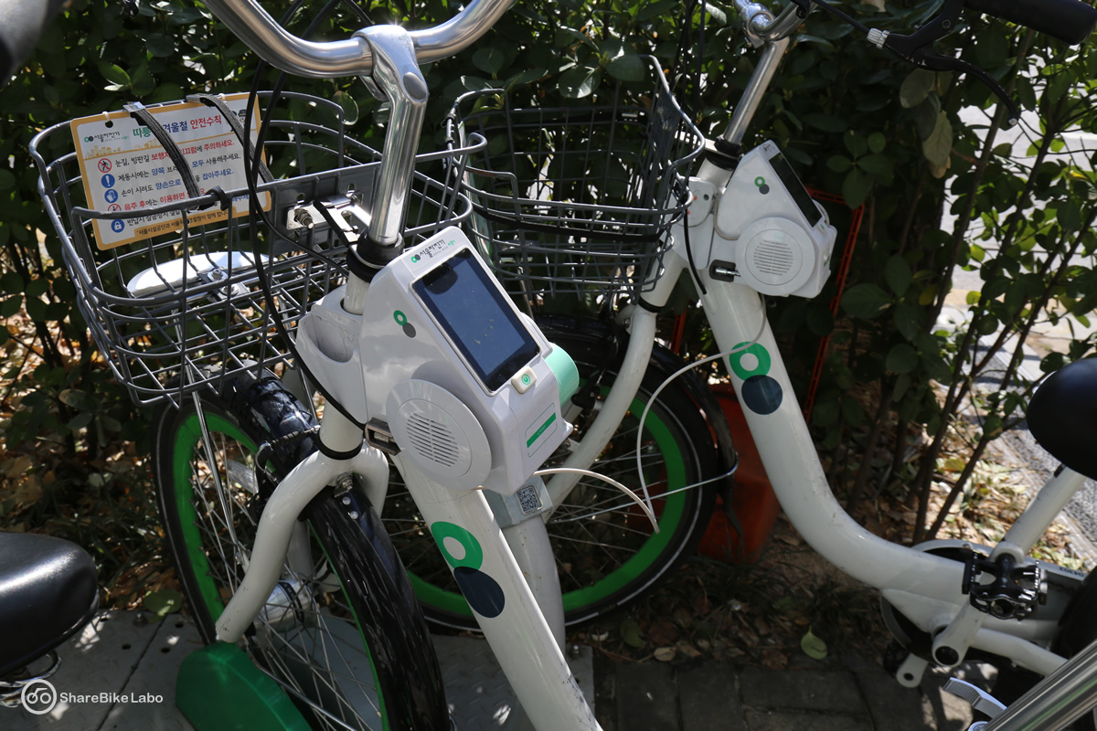 少しわかりにくいが、自転車から出ているワイヤで次の自転車を施錠している。