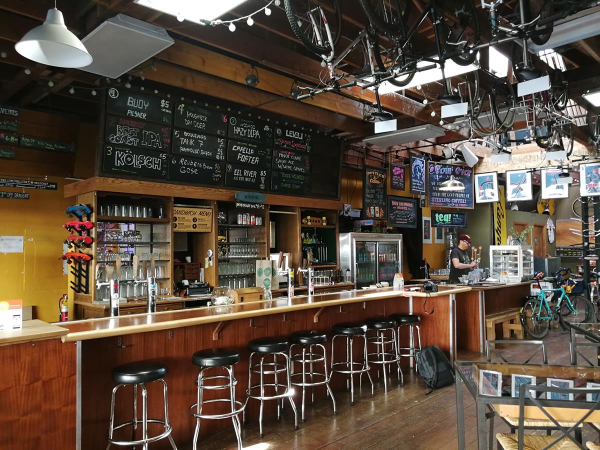 入って左側にバーカウンターが。アルコールだけでなく、こだわりのコーヒーもある。美味しかった。