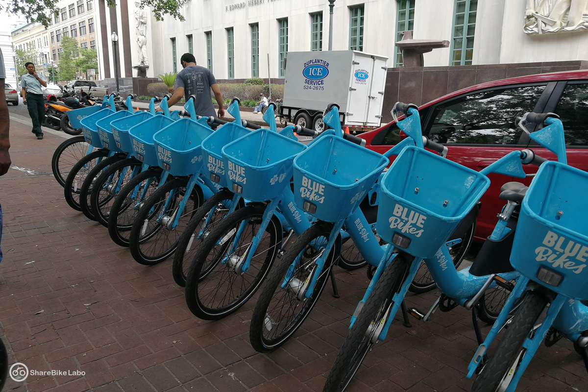 公園に並べられて整備を待っている自転車