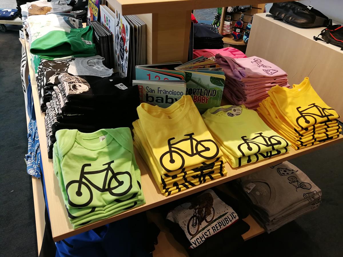 自転車のマークのシャツもかわいい。