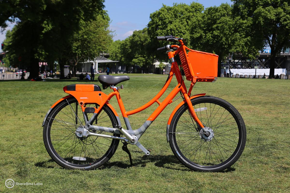 BIKETOWNの自転車(スターボードサイド)。自転車は右向きに撮る。