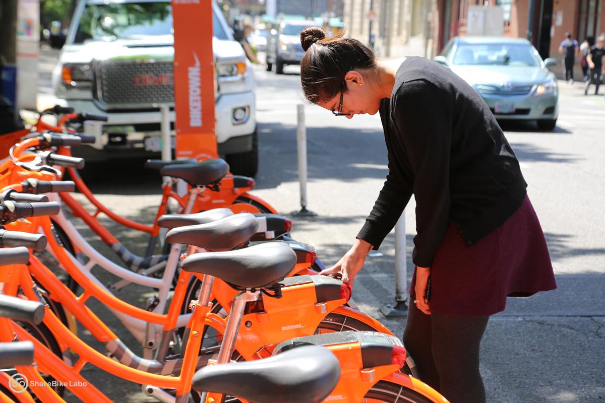自転車を借りようとしている人。