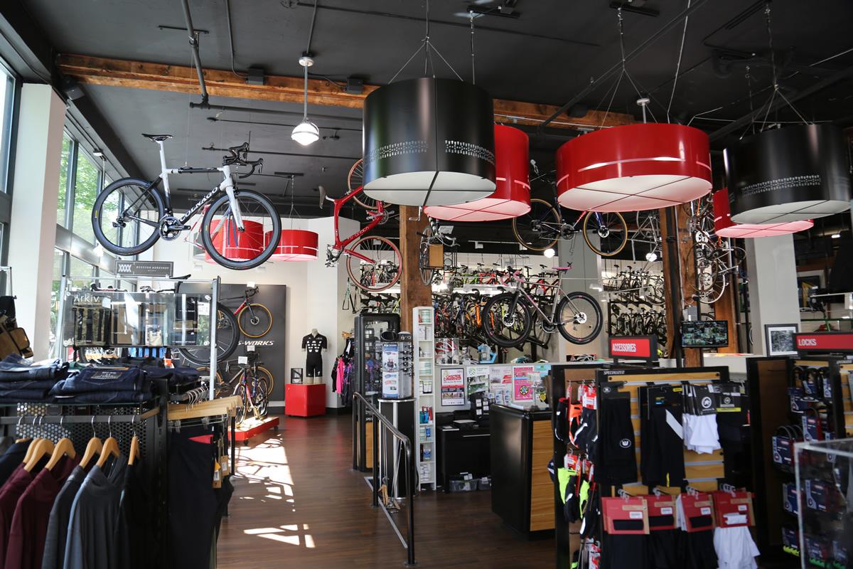 店内はとても明るい。奥のほうにバイクが並ぶ。
