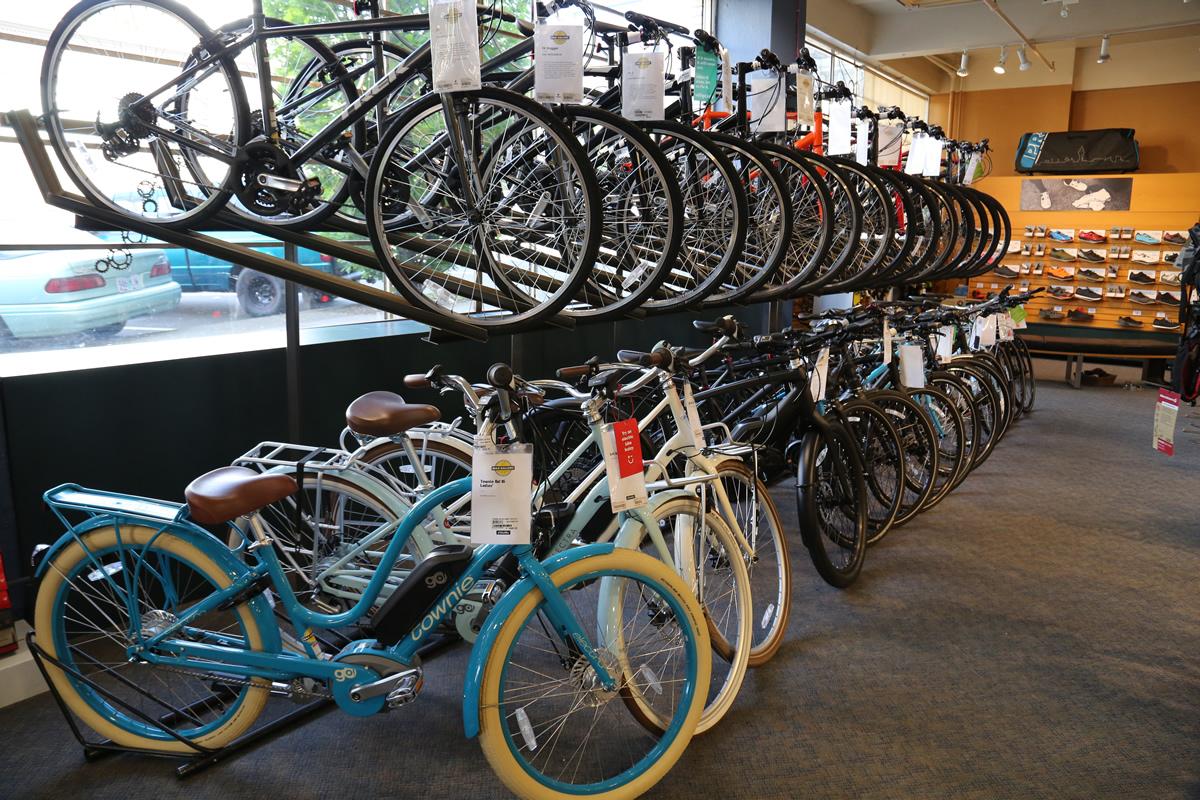 ロードだけでなくシティバイクも多く並ぶ。アメリカと日本のデザインの違いは面白い。