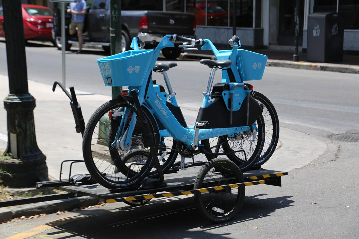 再配置用の台車に載せられる自転車(BLUE Bikes)